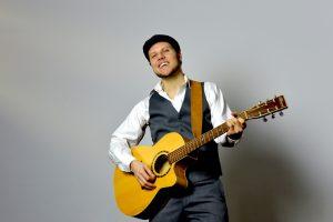 Seb and Guitar format web (1)